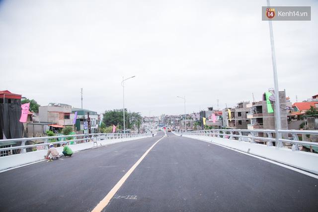 Chùm ảnh: Cầu vượt thép 135 tỷ trên con đường đắt đỏ nhất Thủ đô trước ngày thông xe - Ảnh 14.