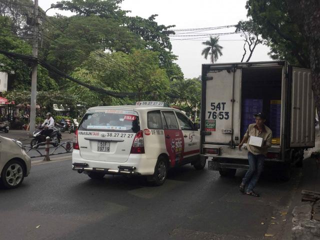 Kiểu dừng đỗ xe ô tô nhức mắt giữa Sài Gòn - Ảnh 2.