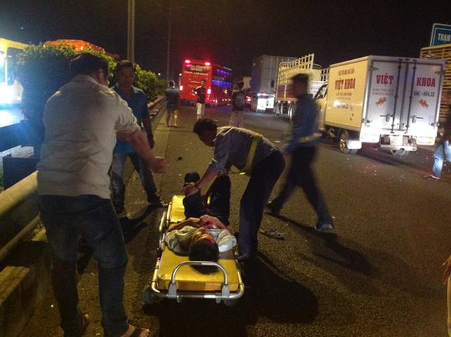 Rất may khi tai nạn xảy ra khoảng 5 phút thì có một xe cứu thương đi phía sau trờ tới và gấp rút đưa nnạn nhân vào bệnh viện cấp cứu.