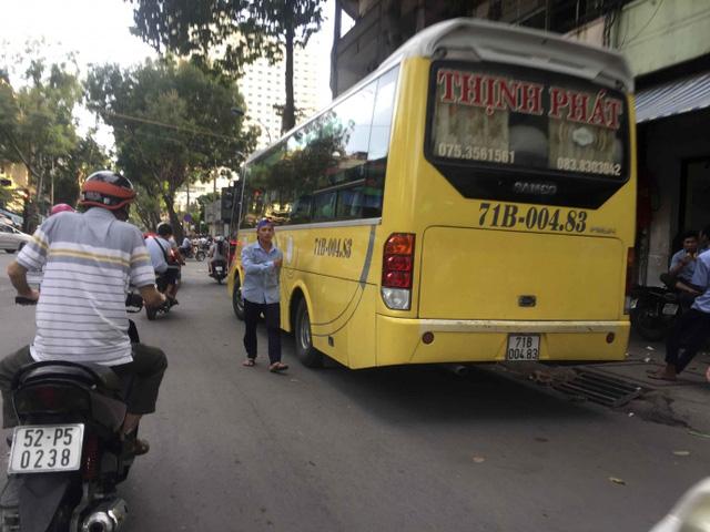 Kiểu dừng đỗ xe ô tô nhức mắt giữa Sài Gòn - Ảnh 3.