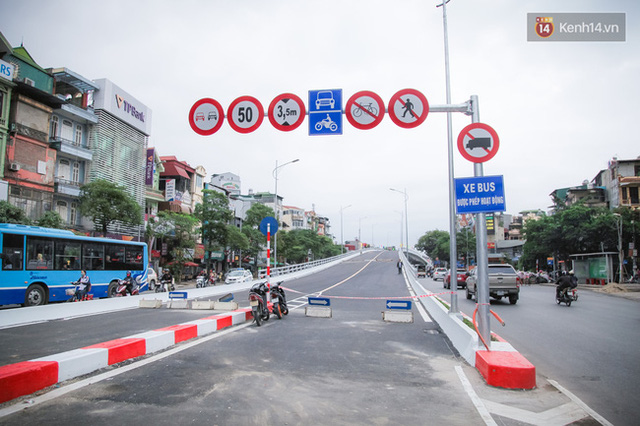 Chùm ảnh: Cầu vượt thép 135 tỷ trên con đường đắt đỏ nhất Thủ đô trước ngày thông xe - Ảnh 4.