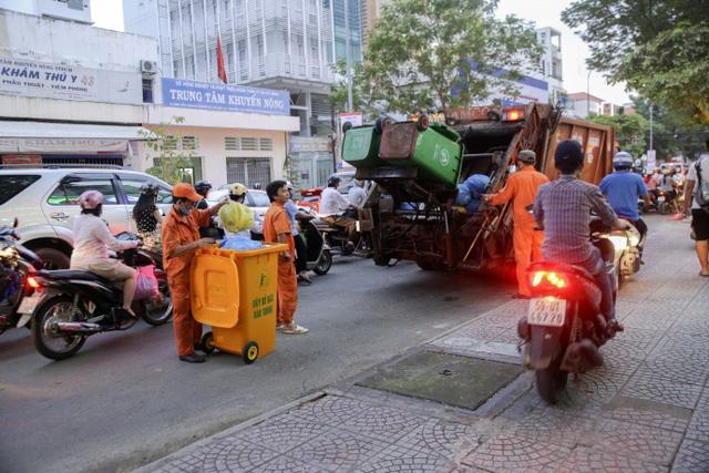 Kiểu dừng đỗ xe ô tô nhức mắt giữa Sài Gòn - Ảnh 4.