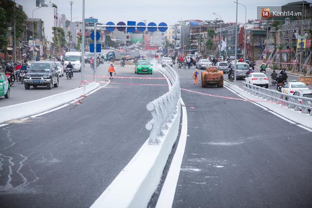 Chùm ảnh: Cầu vượt thép 135 tỷ trên con đường đắt đỏ nhất Thủ đô trước ngày thông xe - Ảnh 5.