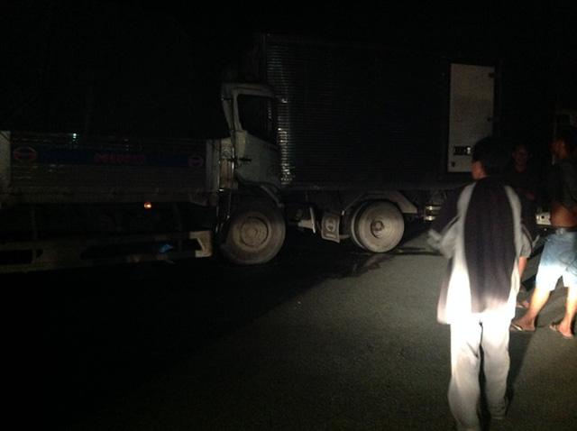 Do xe tải dừng giữa đường nên một xe tải chở dừa đã lao thẳng vào đích xe tải gặp nạn. Theo đó, một vụ tại nạn ô tô liên hoàn với 6 ô tô tông nhau đã xảy ra, khiến cao tốc kẹt cứng hơn 1 giờ đồng hồ.