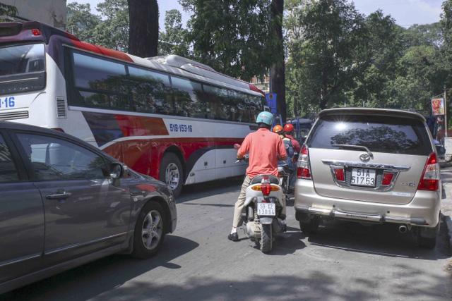 Kiểu dừng đỗ xe ô tô nhức mắt giữa Sài Gòn - Ảnh 5.