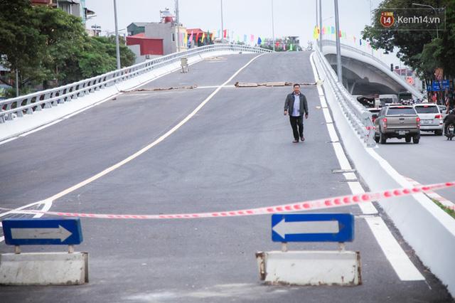 Chùm ảnh: Cầu vượt thép 135 tỷ trên con đường đắt đỏ nhất Thủ đô trước ngày thông xe - Ảnh 6.