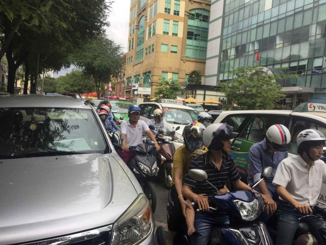 Kiểu dừng đỗ xe ô tô nhức mắt giữa Sài Gòn - Ảnh 6.