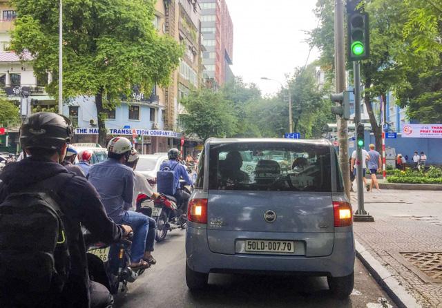 Kiểu dừng đỗ xe ô tô nhức mắt giữa Sài Gòn - Ảnh 7.