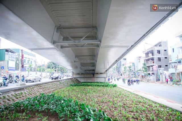 Chùm ảnh: Cầu vượt thép 135 tỷ trên con đường đắt đỏ nhất Thủ đô trước ngày thông xe - Ảnh 8.