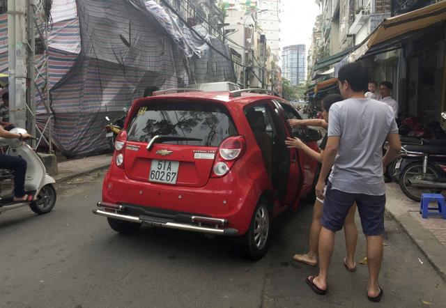 Kiểu dừng đỗ xe ô tô nhức mắt giữa Sài Gòn - Ảnh 8.