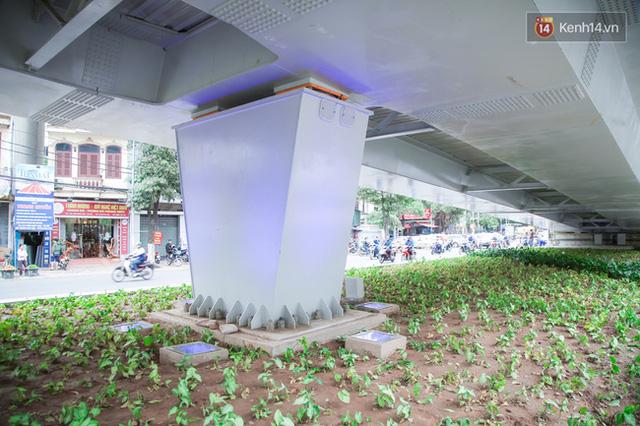 Chùm ảnh: Cầu vượt thép 135 tỷ trên con đường đắt đỏ nhất Thủ đô trước ngày thông xe - Ảnh 9.