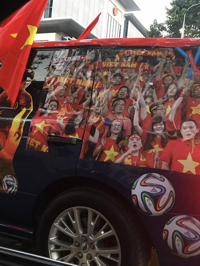 Xôn xao tay chơi Hà thành dùng Range Rover làm xe cổ vũ tuyển Việt Nam - Ảnh 3.