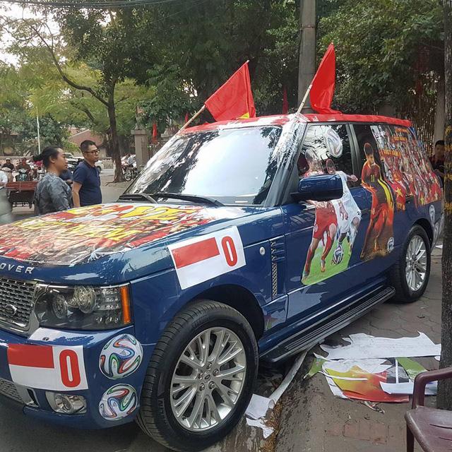 Xôn xao tay chơi Hà thành dùng Range Rover làm xe cổ vũ tuyển Việt Nam - Ảnh 1.