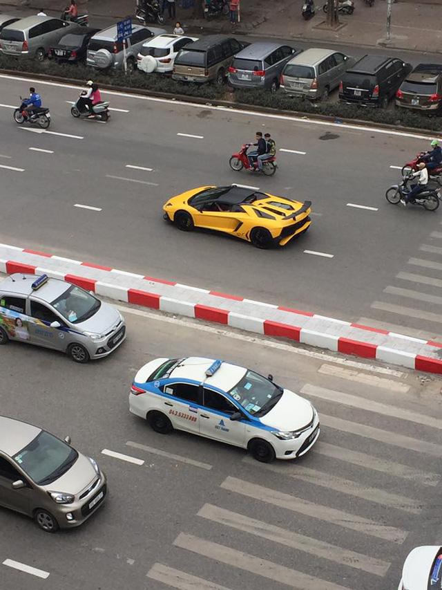 Siêu xe Lamborghini Aventador SV mui trần dạo chơi Giáng sinh tại Hà Nội - Ảnh 2.
