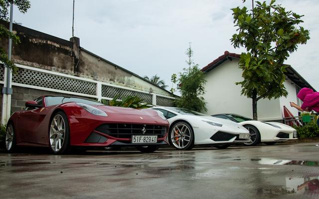 Nhiều bạn trẻ khi thấy 4 chiếc siêu xe xếp hàng dài tại đây đã tranh thủ ghi lại khoảnh khắc hiếm có này. Ngoài cùng bên phải là Ferrari 488 GTB, kế bên là Lamborghini Huracan LP610-4 và Ferrari F12 Berlinetta nổi bật trong bộ áo đỏ sẫm.