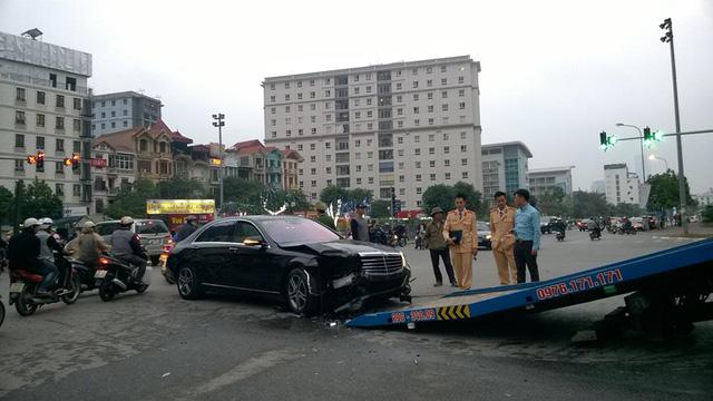 Hà Nội: Tài xế Mercedes-Benz S400 vượt đèn đỏ gây tai nạn kinh hoàng trên phố - Ảnh 4.
