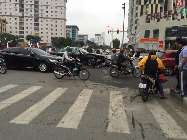 Hà Nội: Tài xế Mercedes-Benz S400 vượt đèn đỏ gây tai nạn kinh hoàng trên phố - Ảnh 1.