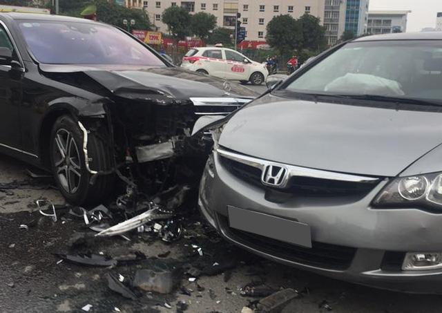 Hà Nội: Tài xế Mercedes-Benz S400 vượt đèn đỏ gây tai nạn kinh hoàng trên phố - Ảnh 2.