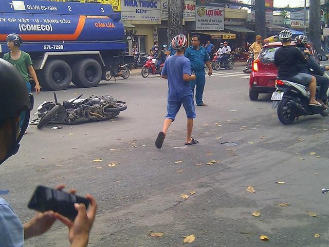 Sài Gòn: Honda CBR1000RR Repsol va chạm kinh hoàng với 2 xe máy - Ảnh 2.
