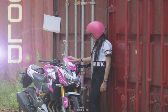 Cô gái 9X trông khá năng động lúc đi chơi với chiếc mô tô phân khối lớn Kawasaki Z800.