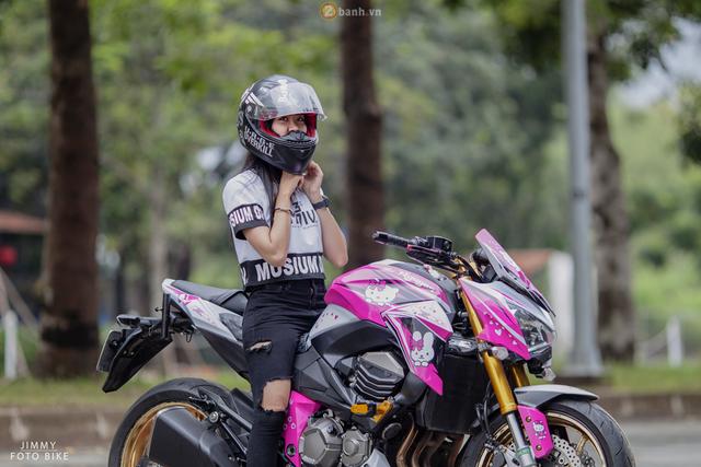 Chưa dừng lại đó, cô gái 9X còn mang đến bộ áo bắt mắt cho mẫu mô tô phân khối lớn theo phong cách Hello Kitty.