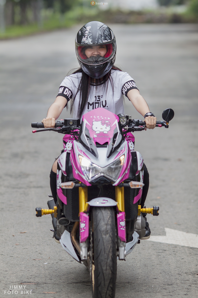 """Sau nhiều mẫu mô tô đình đám từng cầm lái như Yamaha R1, Honda CBR600RR, Kawasaki Z1000 và Honda CB1000R, cô gái có nickname """"bánh bèo cá tính"""" hiện đang xe duyên cùng chiếc Kawasaki Z800 đang được nhiều bạn trẻ Việt khá ưa chuộng."""