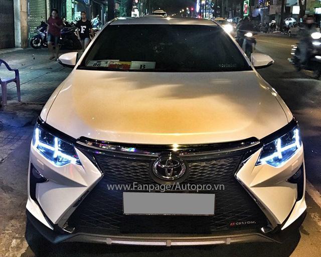 Cản va trước của Lexus thế hệ mới mang đến vẻ ngoài lạ lẫm và hút hồn những người nhìn trực diện mẫu xe Camry độ này, đặc biệt là lưới tản nhiệt con suốt nổi bật.