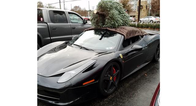 Choáng với màn vận chuyển cây Giáng sinh bằng siêu xe Ferrari 458 Italia - Ảnh 1.
