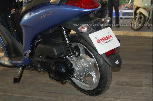 Yamaha Janus trang bị vành 14 inch đi kèm bánh trước kích thước 80/80 và bánh sau 110/70, lốp có săm.