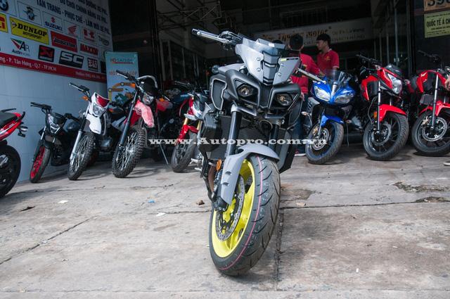 Sau chiếc Yamaha MT-10 2016 đầu tiên xuất hiện tại Việt Nam vào tháng 8 vừa qua, giới nhập khẩu tư nhân tại Sài thành tiếp tục mạnh tay đưa thêm nhiều chiếc naked bike này về nước.