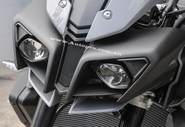Nhìn trực diện MT-10 gây ấn tượng với đôi mắt thiết kế sắc cạnh tương tự những chiến binh Transformer. Đèn pha đôi này sử dụng công nghệ LED tiên tiến.