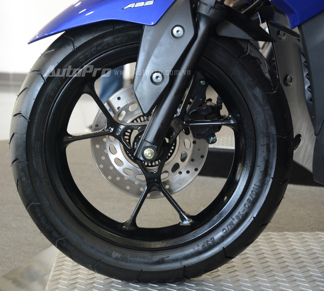 Xe sử dụng vành đúc 14 inch có thiết kế hình chữ Y, đi kèm là lốp trước có kích thước 110/80 và lốp sau 140/70.