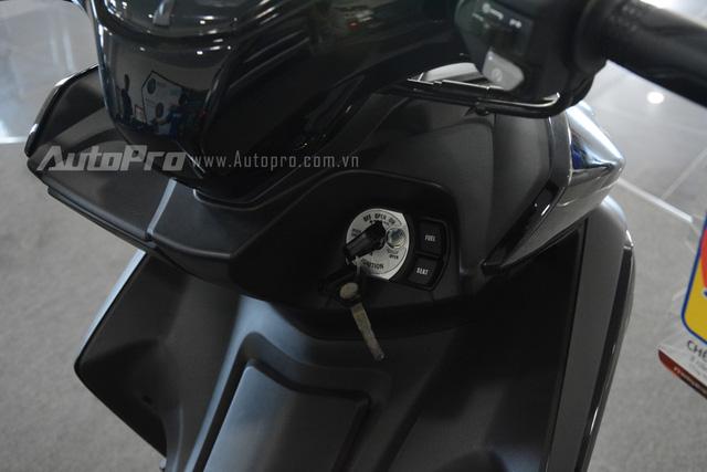 Ổ khóa thường trên Yamaha NVX 155 tiêu chuẩn.