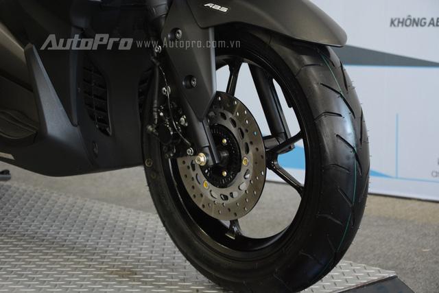 Để kìm hãm khối động cơ 155 phân khối, Yamaha trang bị phanh đĩa đơn phía trước và có tích hợp thêm hệ thống chống bó cứng phanh ABS cho NVX 155. Phía sau là phanh dạng tang trống.