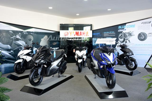 Yamaha Việt Nam vừa chính thức ra mắt mẫu xe ga NVX 155 với hai phiên bản là tiêu chuẩn và cao cấp. Trong đó, phiên bản tiêu chuẩn sẽ có hai màu sắc là trắng và đen bóng với giá 44,99 triệu Đồng. Bản cao cấp có 3 tùy chọn màu sắc là đen nhám, trắng và xanh GP cùng giá bán 50,99 triệu Đồng.