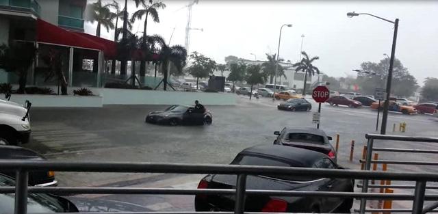 Cố lái xe thể thao Nissan 370Z vào đường ngập, người đàn ông nhận cái kết dễ đoán - Ảnh 2.
