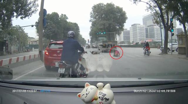Rùng mình với video cô gái đi xe máy bị xe container cuốn vào gầm tại Hà Nội - Ảnh 4.