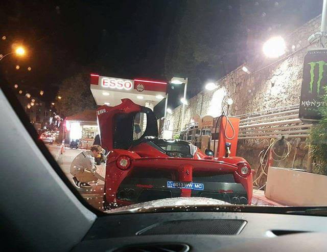 Bắt gặp nhà đương kim vô địch F1 kiểm tra lốp của Ferrari LaFerrari trên đường phố - Ảnh 2.