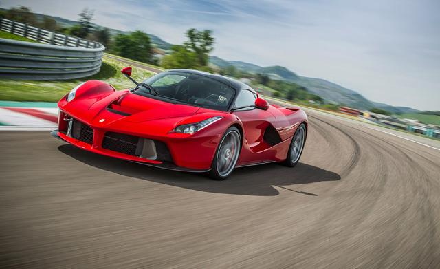Bắt gặp nhà đương kim vô địch F1 kiểm tra lốp của Ferrari LaFerrari trên đường phố - Ảnh 3.