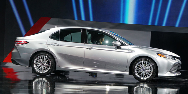 Toyota Camry 2018: Lột xác về thiết kế từ trong ra ngoài, thêm động cơ mới - Ảnh 3.