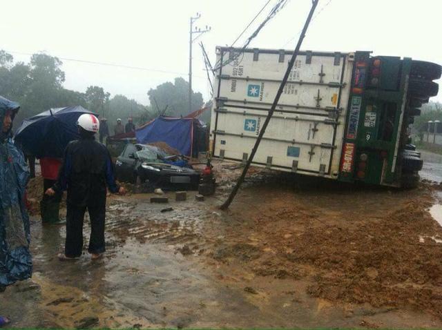 Phú Thọ: Toyota Vios bị xe container đè bẹp dúm, 3 người thương vong - Ảnh 1.
