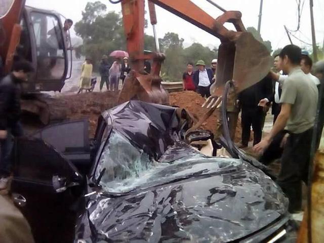 Phú Thọ: Toyota Vios bị xe container đè bẹp dúm, 3 người thương vong - Ảnh 2.