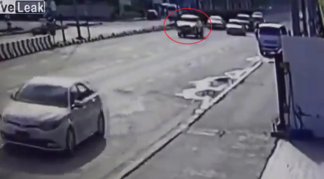 Xe bán tải đua tốc độ, gián tiếp khiến một người đi xe máy tử vong - Ảnh 2.