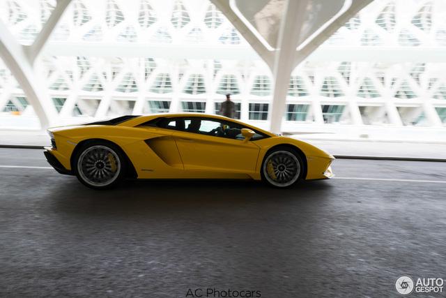Lamborghini Aventador S LP740-4 lần đầu tiên xuất hiện trên đường phố - Ảnh 1.