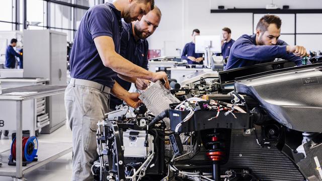 Khám phá nơi những chiếc siêu xe triệu đô Bugatti Chiron ra lò - Ảnh 9.