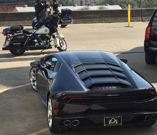 Lady Gaga lái siêu xe Lamborghini Huracan đi diễn, có cả cảnh sát dẫn đường - Ảnh 3.