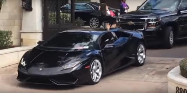 Lady Gaga lái siêu xe Lamborghini Huracan đi diễn, có cả cảnh sát dẫn đường - Ảnh 2.