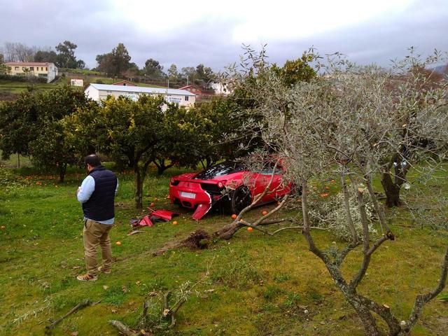 Siêu xe Ferrari 458 Italia đi thuê vỡ toác đầu vì đâm vào gốc cây cam - Ảnh 3.