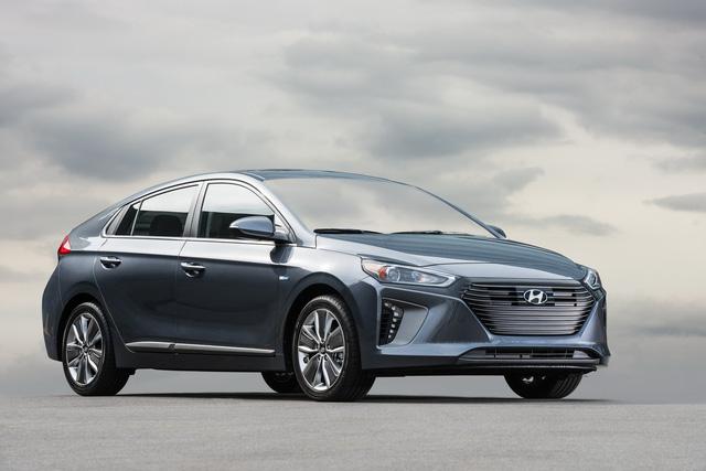Xe 3 trong 1 Hyundai Ioniq cạnh tranh với Toyota Prius bằng giá 22.200 USD - Ảnh 1.