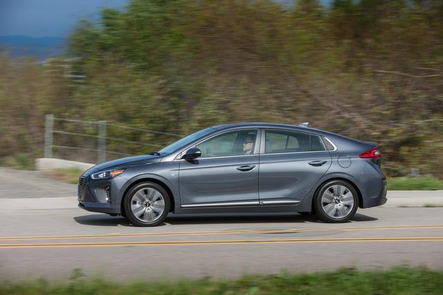 Xe 3 trong 1 Hyundai Ioniq cạnh tranh với Toyota Prius bằng giá 22.200 USD - Ảnh 4.
